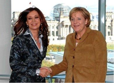 Ακόμα κι αν η επιλογή έχει να κάνει με τις ηγέτιδες των 2 χωρών, νομίζω πως ένας πραγματικός αριστερός θα προτιμούσε μια γυναίκα που έχει ανατραφεί με τα ιδανικά της Ανατολικής της Γερμανίας, παρά κάποια που κουβαλά το παρατσούκλι «Βασίλισσα του Μπότοξ»