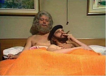Το ωραίο στιγμοιότυπο δεν πρέπει να μας ξεγελά. Μια συζήτηση με κάποιους πολιτικοποιημένους συμπατιώτες μας μπορεί να είναι πιο σουρεαλιστική από ολόκληρη την καριέρα των Monty των Python.